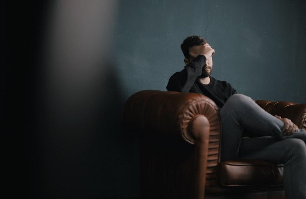 Quand l'insécurité règne au sein du couple : Approches thérapeutiques centrées sur l'infidélité, la jalousie et la dépendance affective.