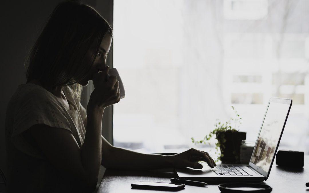 montrer femme devant ordinateur